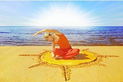 Frau am Strand in der Sonne